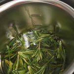 Mit Kräutern aromatisiertes Olivenöl