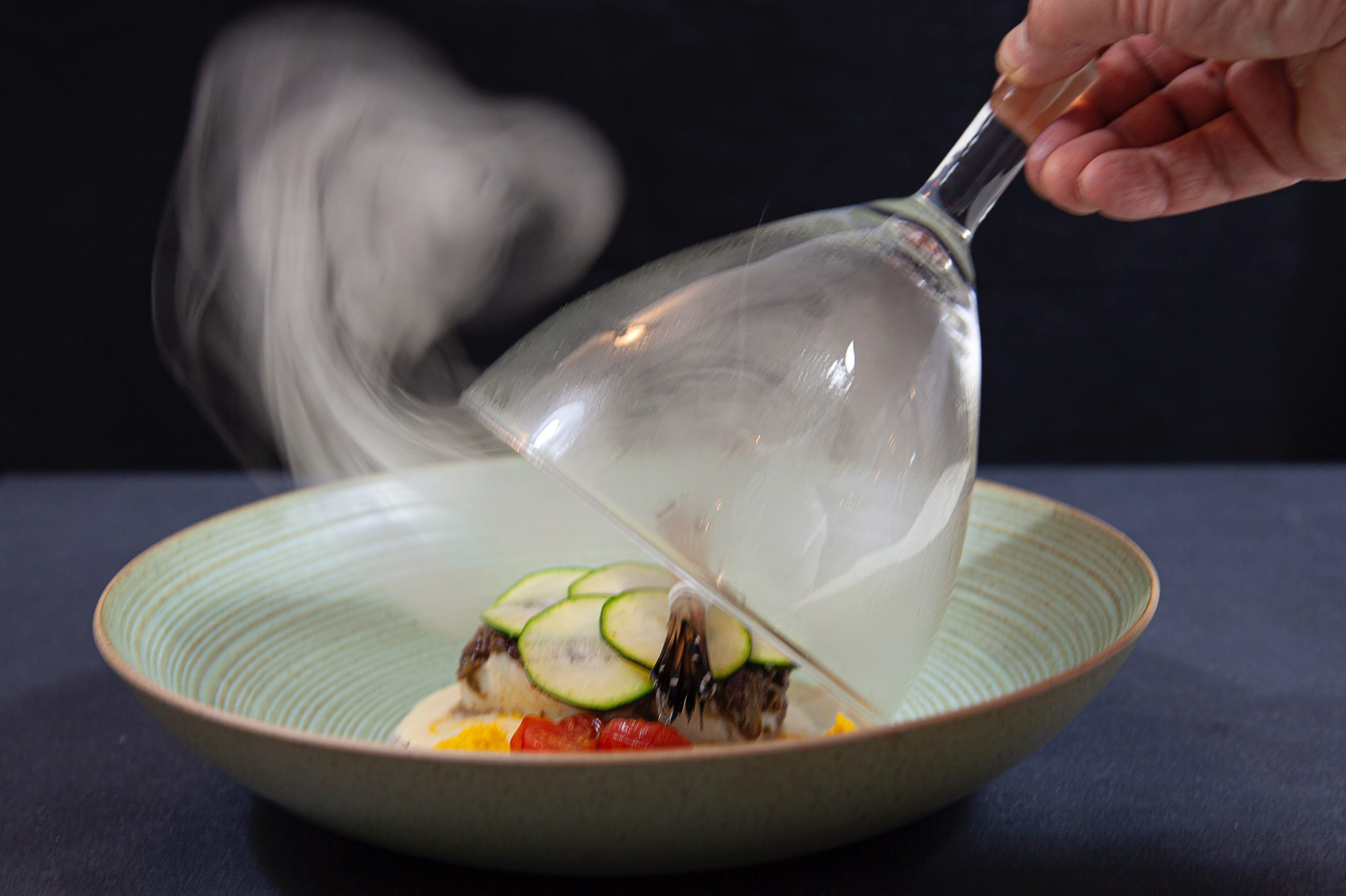 Kabeljau mit Tapenade und Zucchinischuppen im Pinienrauch