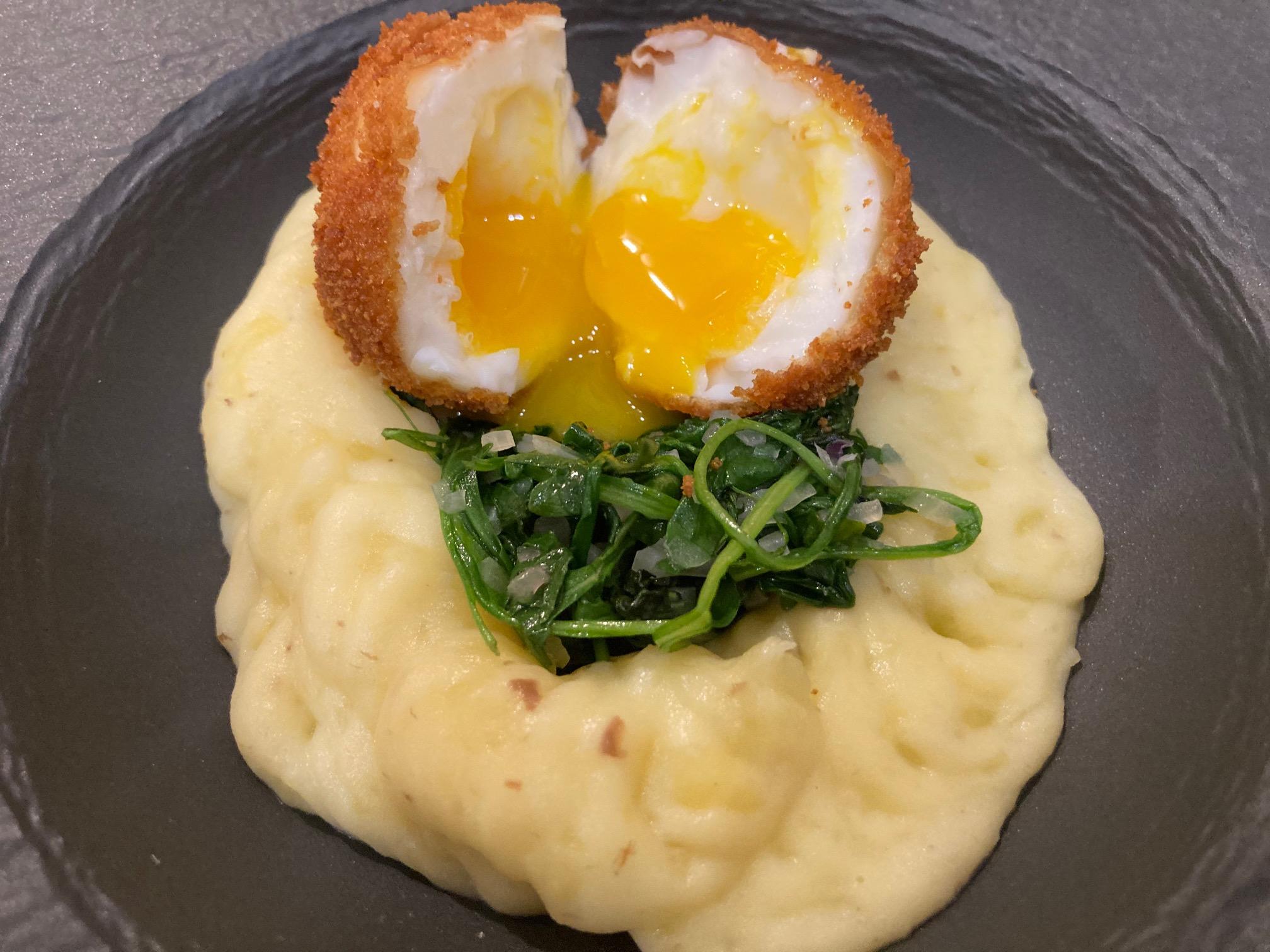 Frittiertes Ei auf sautiertem Ruccola und Trüffel-Kartoffepüree