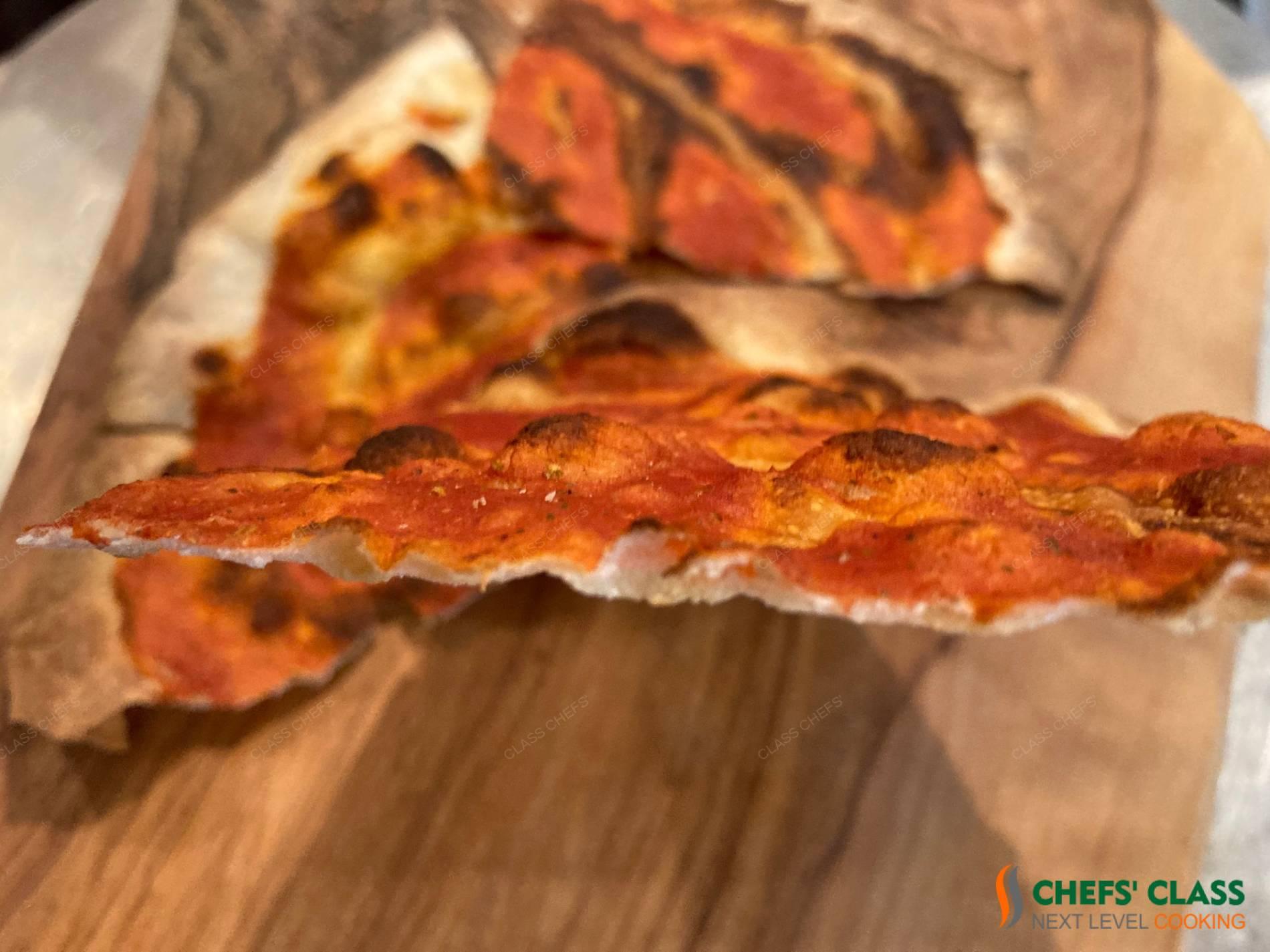 Pizza hauchdünn und knusprig